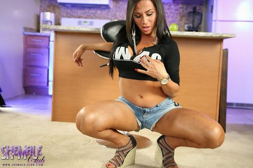 Gorgeous shemale model Jaquelin Braxton shows her sexy at her hot new website ts-jaquelinbraxton.com